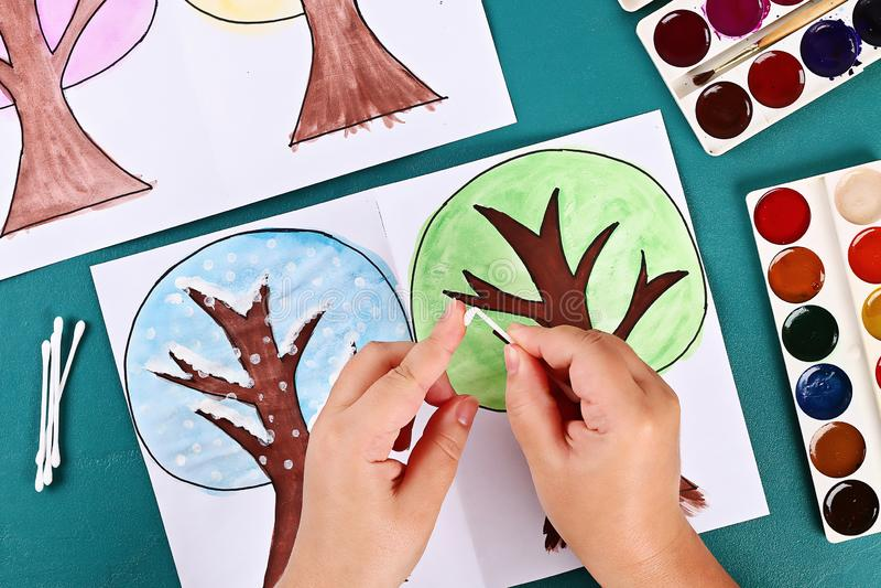 Diy纸树四个季节夏天,秋天,冬天,春天 树4季节 儿童的创造性 免版税图库摄影