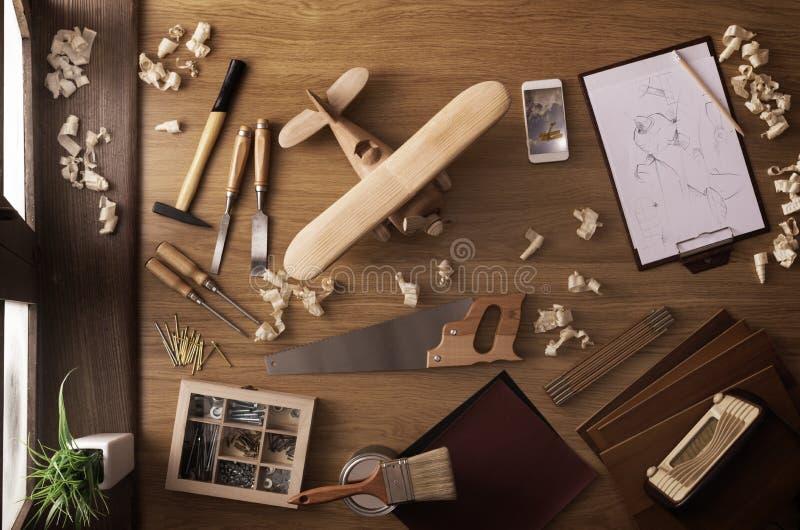 DIY项目在家:木玩具飞机 免版税图库摄影