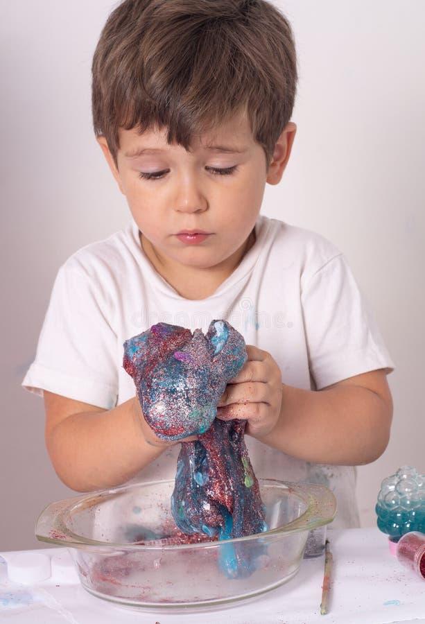 DIY śluzowacieją Dzieciak robi szlamowy w domu fotografia stock