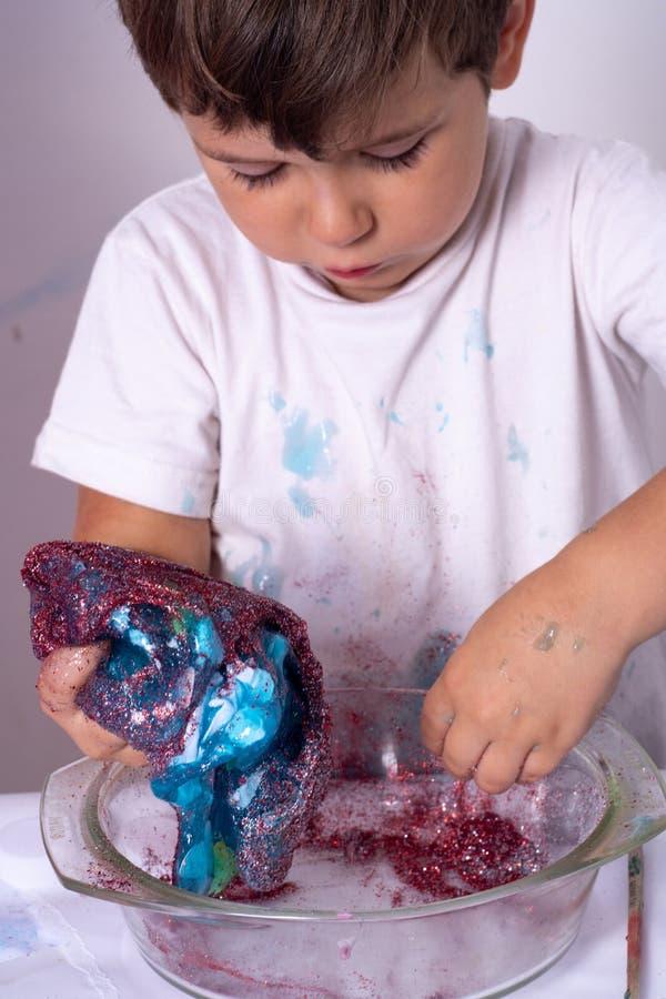 DIY śluzowacieją Dzieciak robi szlamowy w domu zdjęcie royalty free