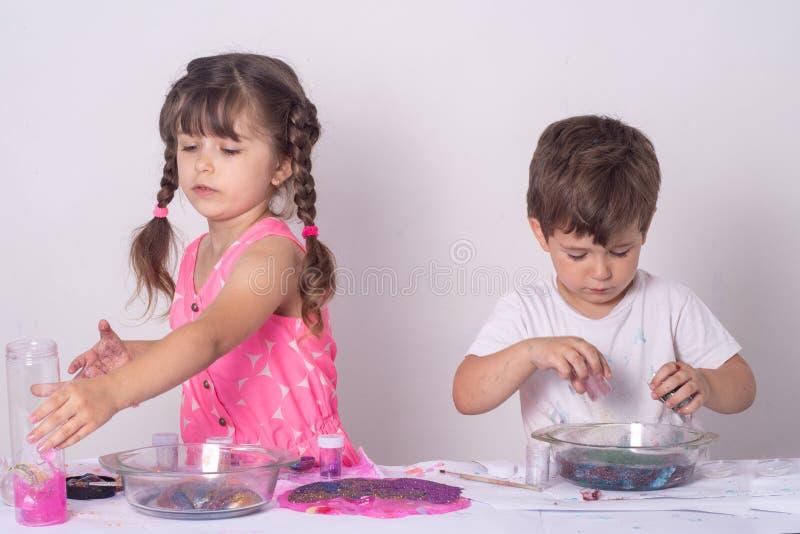 DIY śluzowacieją Dzieciaki robią szlamowy w domu zdjęcie royalty free
