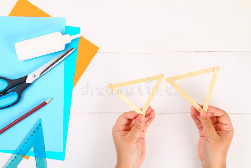 DIY Αστέρι του Δαυίδ με τα χέρια του από τα ραβδιά παγωτού σε έναν άσπρο ξύλινο πίνακα στοκ φωτογραφία