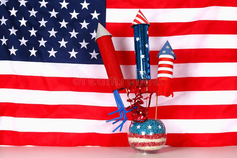 Diy 4ο της αμερικανικής σημαίας χρώματος ντεκόρ Ιουλίου, κόκκινο, μπλε, άσπρο Ιδέα δώρων, ΑΜΕΡΙΚΑΝΙΚΗ ημέρα της ανεξαρτησίας ντεκ στοκ εικόνες με δικαίωμα ελεύθερης χρήσης