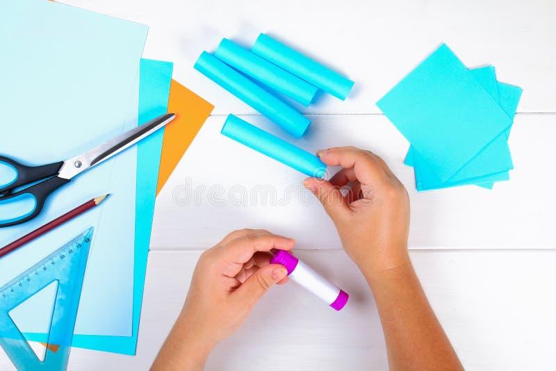 DIY 纸menorah用他自己的手由纸制成 Menorah为犹太假日光明节 手工制造为孩子