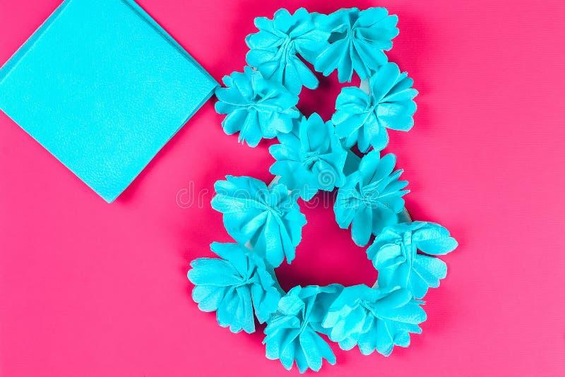Diy acht machte Pappe, verzierte, die künstliche Blume blauen Seidenpapier-Serviettenrosahintergrund machte stockfoto