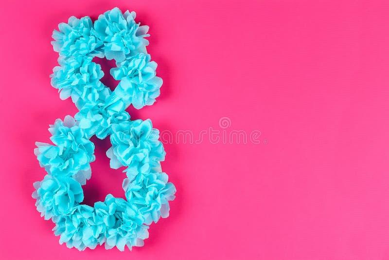 Diy acht machte Pappe, verzierte, die künstliche Blume blauen Seidenpapier-Serviettenrosahintergrund machte lizenzfreies stockfoto
