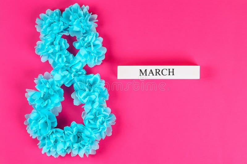 Diy acht machte Pappe, verzierte, die künstliche Blume blauen Seidenpapier-Serviettenrosahintergrund machte stockfotografie