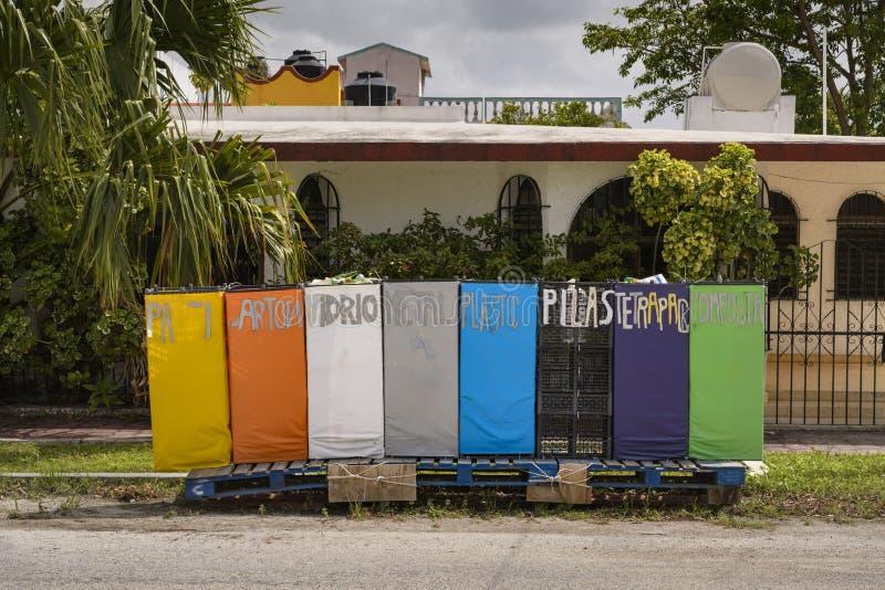 DIY-de recyclingscontainers door schooljonge geitjes worden gemaakt op de Caraïben die is stock fotografie