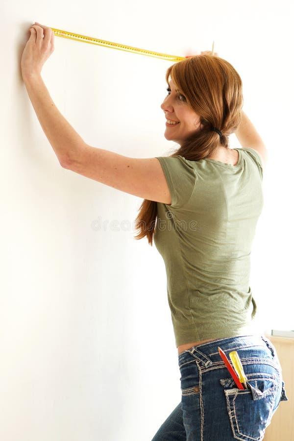 DIY dorośleć kobiety z pomiarową taśmą fotografia stock