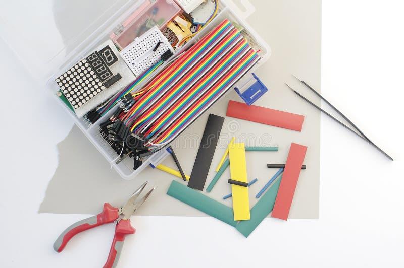 DIY elektronika hobby zestaw otwierał heatshrink kłaść wokoło na popielatym tle DIY inżyniera zestawu elektroniczny set zdjęcia stock