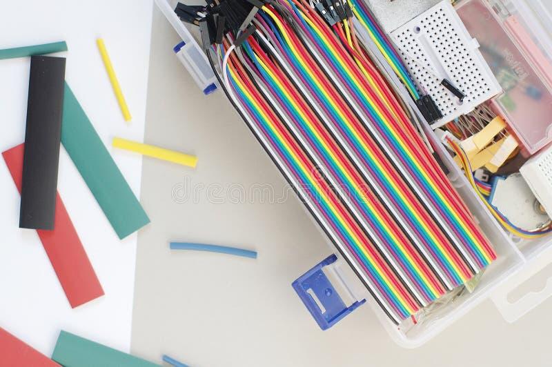 DIY elektronika hobby zestaw otwierał heatshrink kłaść wokoło na popielatym tle DIY inżyniera zestawu elektroniczny set obraz stock