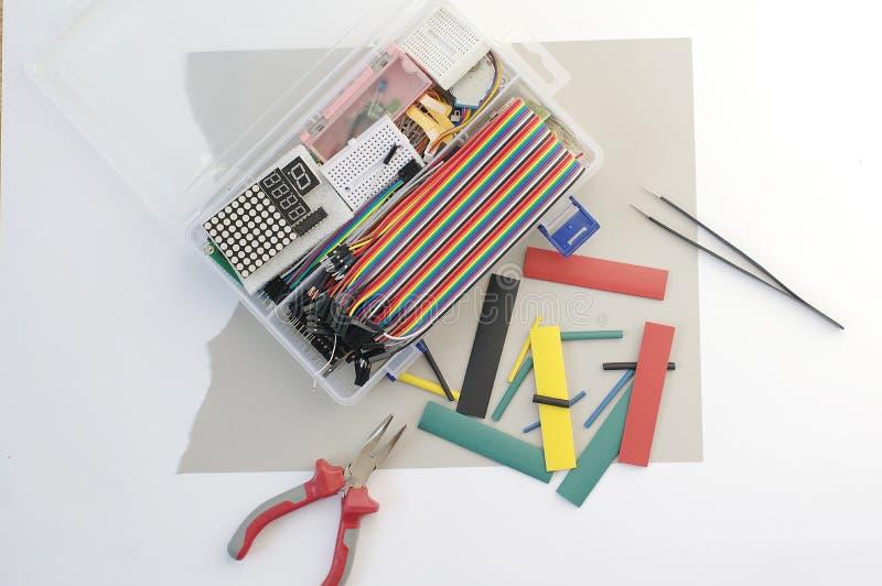 DIY elektronika hobby zestaw otwierał heatshrink kłaść wokoło na popielatym tle DIY inżyniera zestawu elektroniczny set fotografia stock