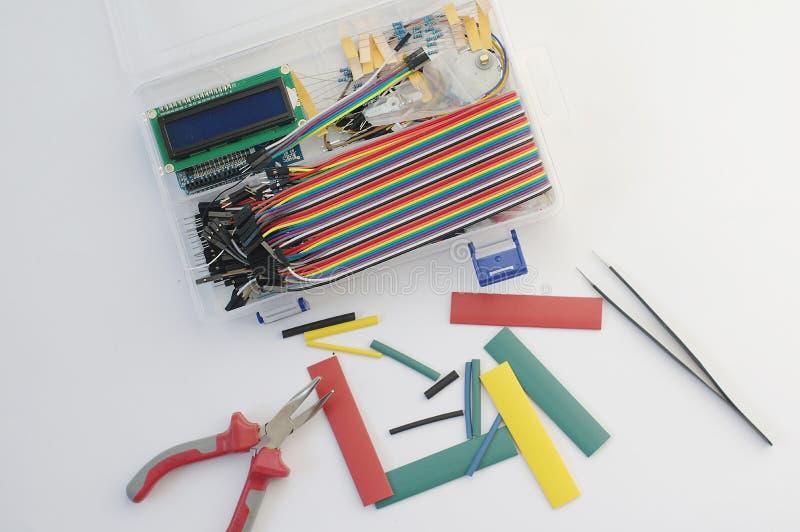 DIY elektronika hobby zestaw otwierał heatshrink kłaść wokoło na popielatym tle DIY inżyniera zestawu elektroniczny set obraz royalty free