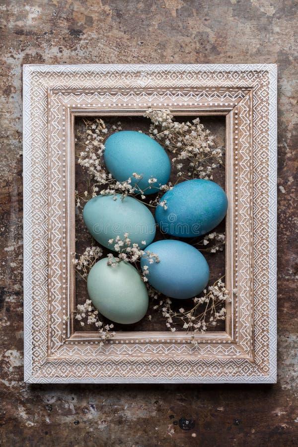 DIY farbujący różnorodni cienie błękitny Wielkanocnych jajek i rocznika obrazka ramy drewniany egzamin próbny up obrazy stock