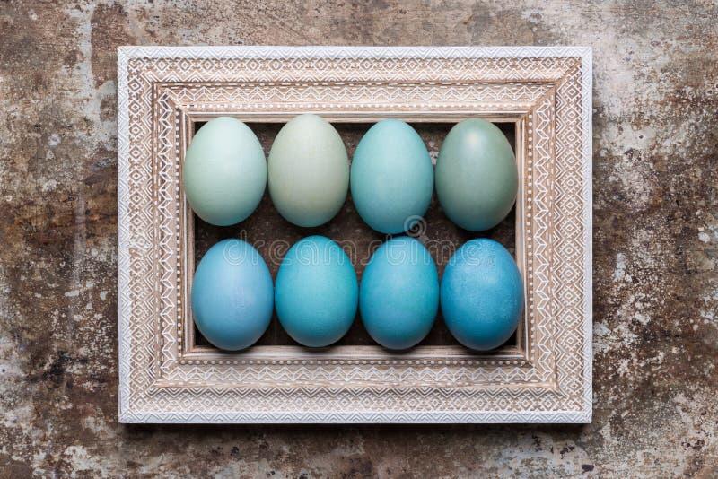 DIY farbujący różnorodni cienie błękitny Wielkanocnych jajek i rocznika obrazka ramy drewniany egzamin próbny up obraz royalty free