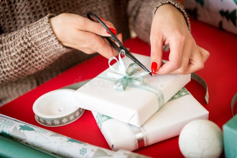 DIY-Geschenk-Verpackung Unrecognisable Frau, die schöne nordische Artweihnachtsgeschenke einwickelt stockfoto