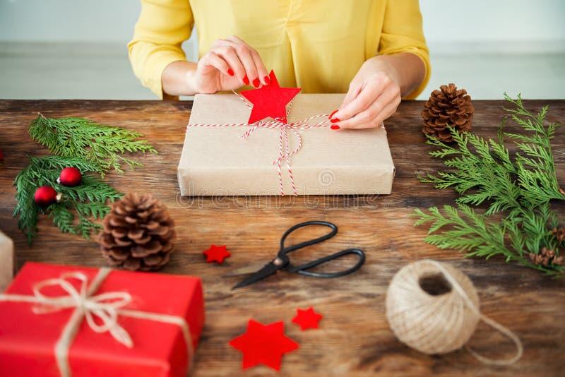 DIY-Geschenk-Verpackung Unrecognisable Frau, die schöne nordische Artweihnachtsgeschenke einwickelt Geernteter Schuss lizenzfreies stockfoto