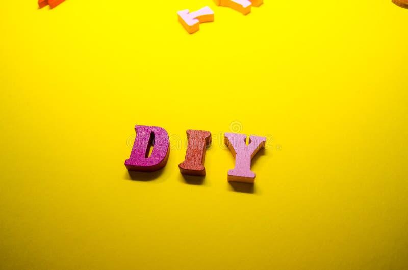 DIY geschrieben von farbigen h?lzernen Buchstaben lizenzfreies stockfoto