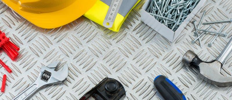 DIY-Holzbearbeitungs-Werkzeuge auf Stahlwarzenblech-Kopien-Raum lizenzfreies stockfoto