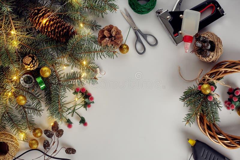 Diy idérik jul Kvinna som gör den handgjorda xmas-kransen Hem- fritid, hjälpmedel, billiga prydnadssaker och detaljer för ferie royaltyfria bilder