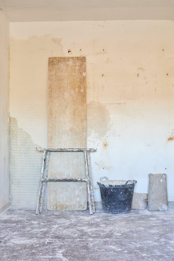 DIY inomhus förbättringar för hus i en smutsig rumkonstruktion fotografering för bildbyråer