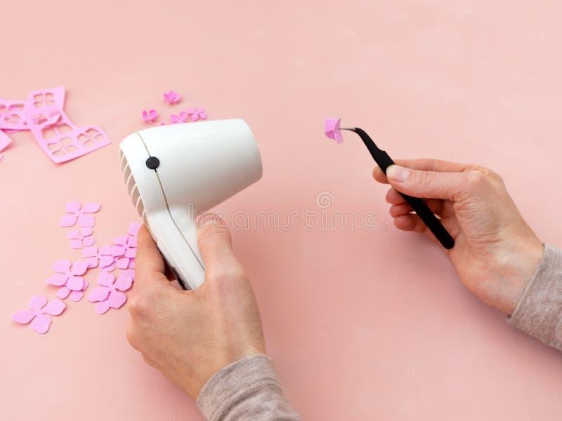 DIY-instructie Bloemen maken uit foamiran Gereedschap en benodigdheden voor het ambacht Stap 3 royalty-vrije stock foto's