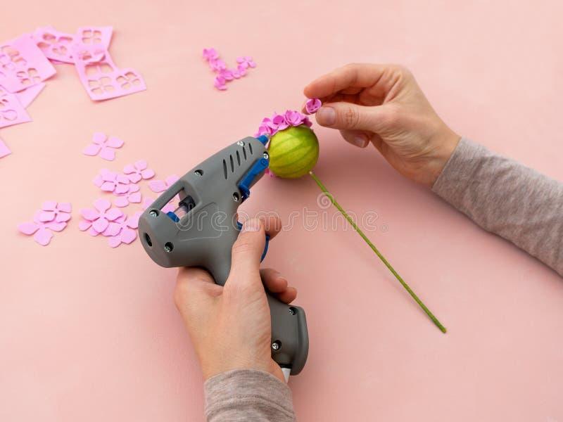 DIY-instructie Bloemen maken uit foamiran Gereedschap en benodigdheden voor het ambacht Stap 4 stock foto's