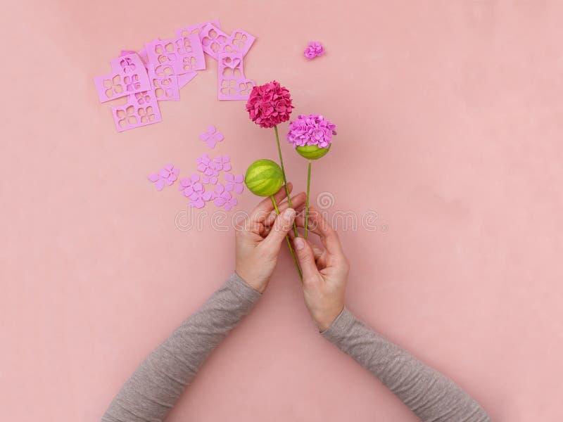 DIY-instructie Bloemen maken uit foamiran Gereedschap en benodigdheden voor het ambacht Stap 5 stock foto