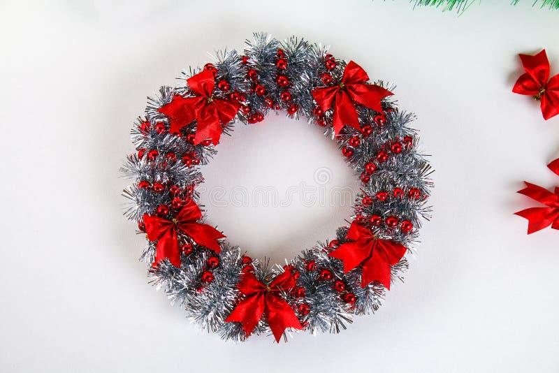 Diy julkrans Handbok på fotoet hur man gör en julkrans med dina egna händer från en pappplatta, glitter, pärlor arkivbild