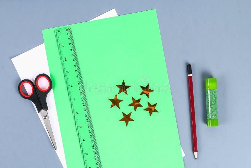 Diy koszula biały papier z zielonym krawatem, szlify Pomysły prezenty, wystrój Luty 23, Maj 9, dzień ojca zdjęcia stock