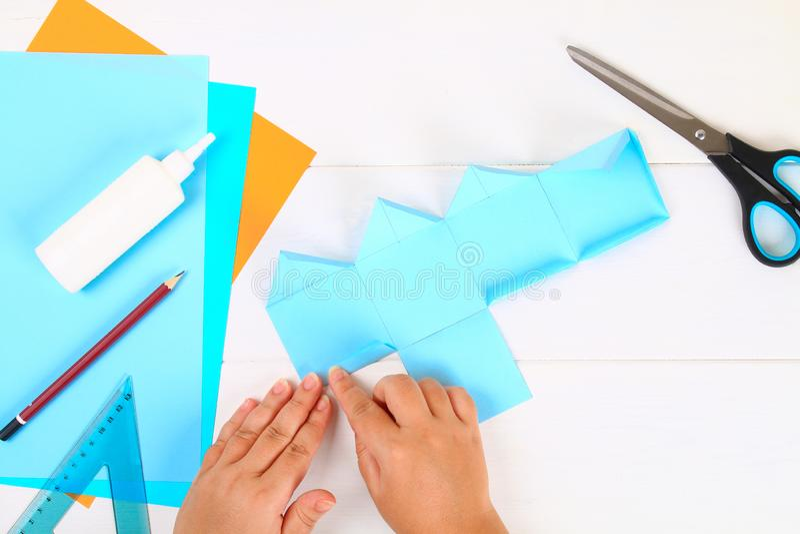 DIY Papierowy dreidel z jego swój rękami robić papier Sevivon Żydowski wakacje Hanukkah Handmade zabawka dla dziecka obraz stock
