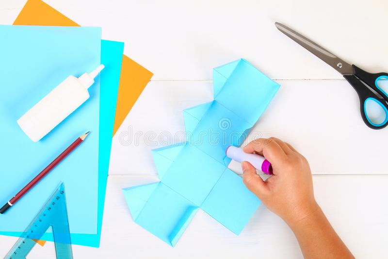 DIY Papierowy dreidel z jego swój rękami robić papier Sevivon Żydowski wakacje Hanukkah Handmade zabawka dla dziecka obraz royalty free