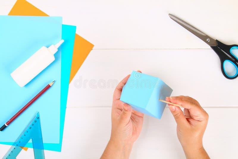 DIY Papierowy dreidel z jego swój rękami robić papier Sevivon Żydowski wakacje Hanukkah Handmade zabawka dla dziecka fotografia royalty free