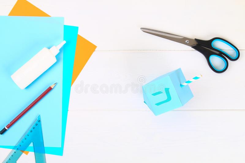 DIY Papierowy dreidel z jego swój rękami robić papier Sevivon Żydowski wakacje Hanukkah Handmade zabawka dla dziecka obrazy royalty free