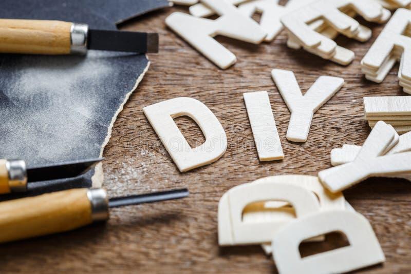 DIY pone letras a artesanía en madera fotos de archivo