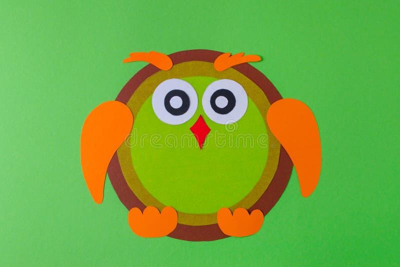 Diy sowa z koloru papierem, brązu kolorem żółtym i pomarańczowym kolorem na zieleni, fotografia stock