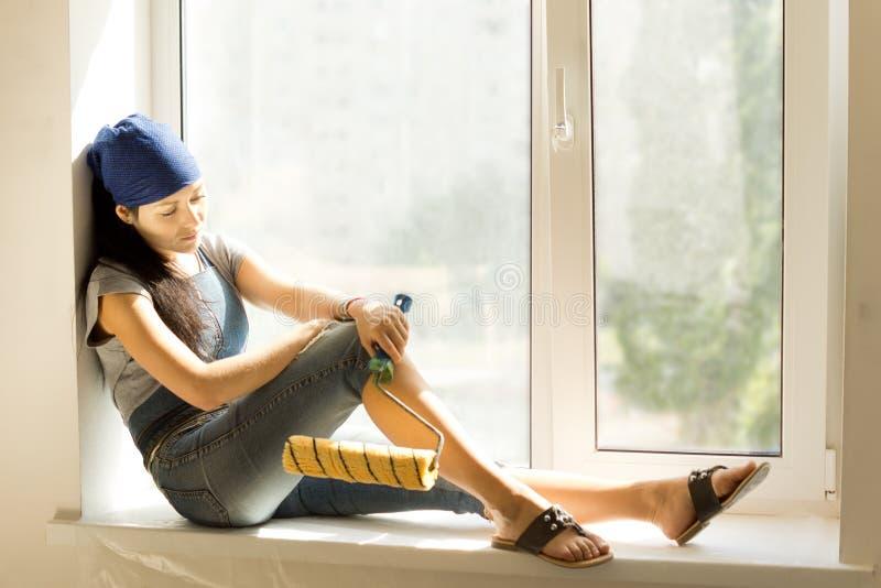 DIY-vrouw die een rust van het verfraaien nemen royalty-vrije stock foto