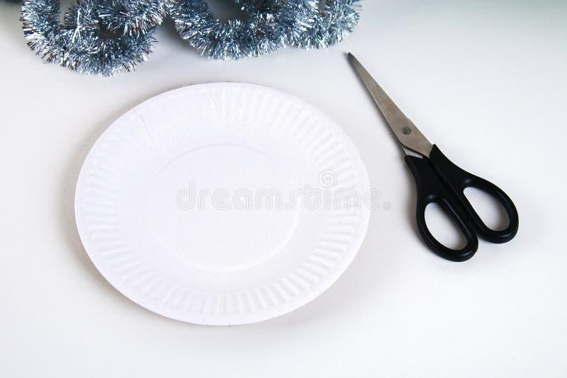 Diy-Weihnachtskranz Führer auf dem Foto, wie man einen Weihnachtskranz mit Ihren eigenen Händen von einer Pappplatte, Lametta, Pe stockbild