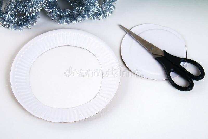 Diy-Weihnachtskranz Führer auf dem Foto, wie man einen Weihnachtskranz mit Ihren eigenen Händen von einer Pappplatte, Lametta, Pe lizenzfreie stockbilder