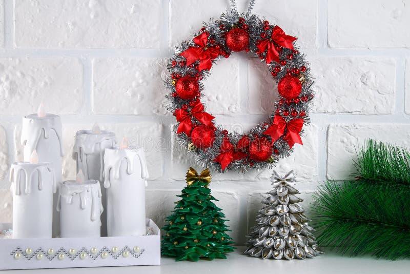 Diy-Weihnachtskranz Führer auf dem Foto, wie man einen Weihnachtskranz mit Ihren eigenen Händen von einer Pappplatte, Lametta, Pe lizenzfreies stockfoto