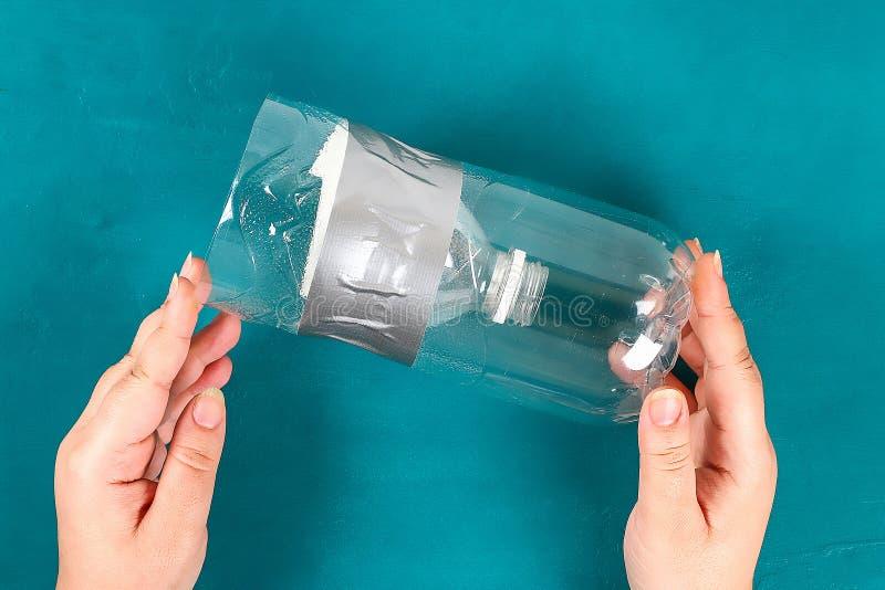 DIY-Wiederverwendung einer Plastikflasche für keine Fleck- Farbenschalen, Wasser für die Zeichnung der Kinder wiederverwertung lizenzfreie stockbilder