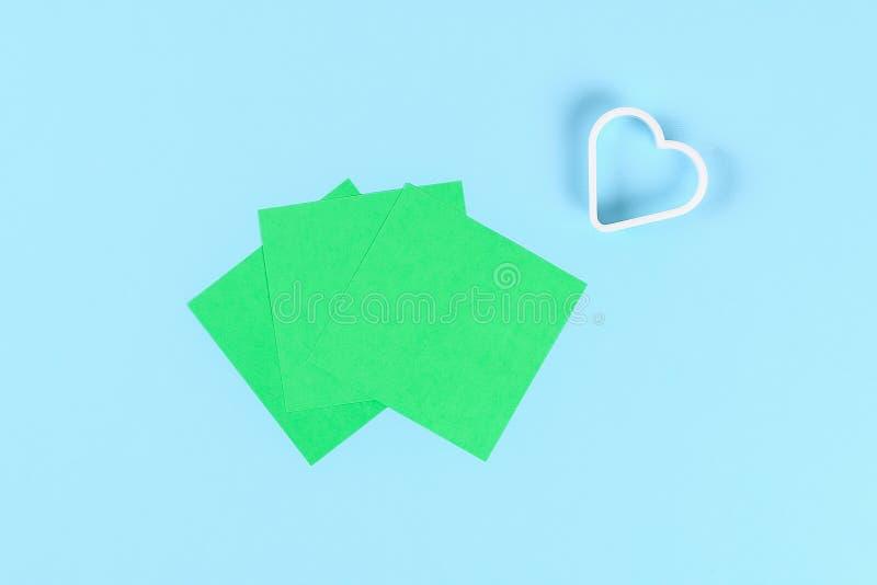 DIY zielenieją koniczyny St Patricks dzień na błękitnym tle obraz stock