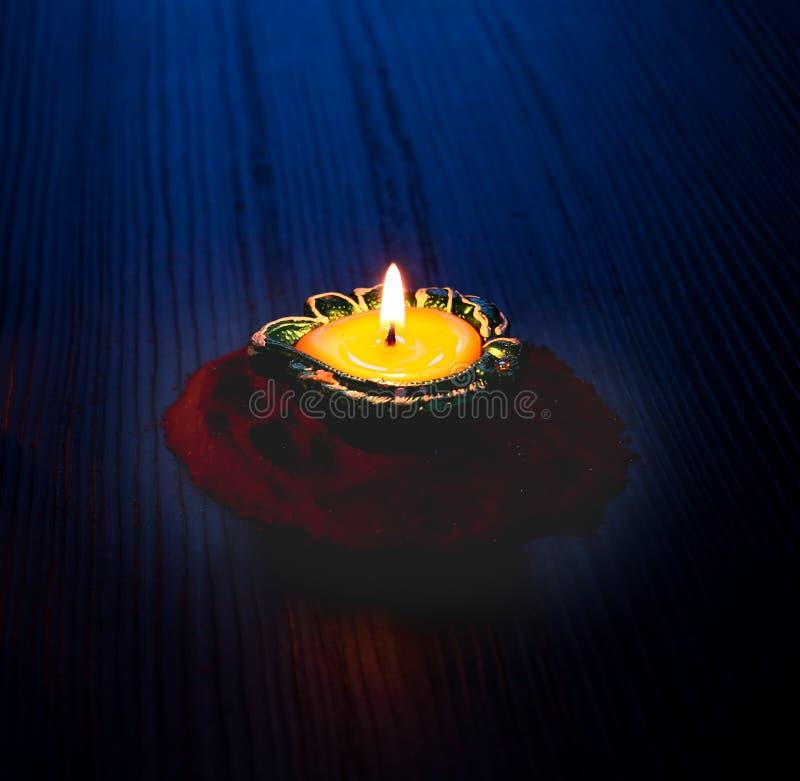 Diya/lâmpada leves isolados colocada na terra traseira preta para comemorar o diwali e os dhanteras fotografia de stock royalty free