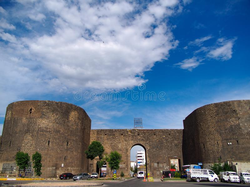 DIYARBAKIR, ТУРЦИЯ - 1-ОЕ МАЯ 2018: Взгляд исторических стен Sur, строба Mardin, централи Diyarbakir стоковые фото