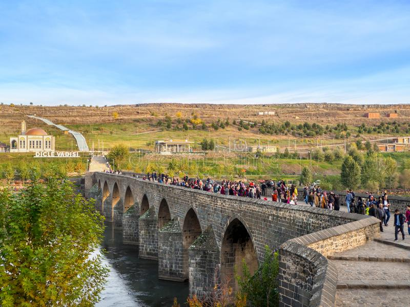 DIYARBAKIR, ТУРЦИЯ - 17-ОЕ НОЯБРЯ 2018: Взгляд моста 10 глаз на Gozlu Kopru, историческом мосте централь Diyarbakir стоковая фотография rf