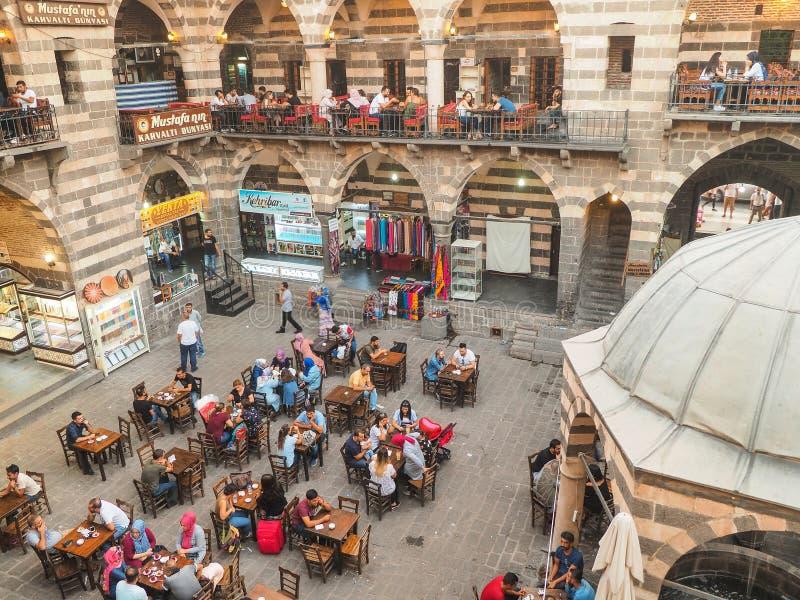 DIYARBAKIR, DIE TÜRKEI - 25. AUGUST 2018: Ansicht des mittelalterlichen historischen Gebäudes Hasanpasa Khan lizenzfreie stockfotografie