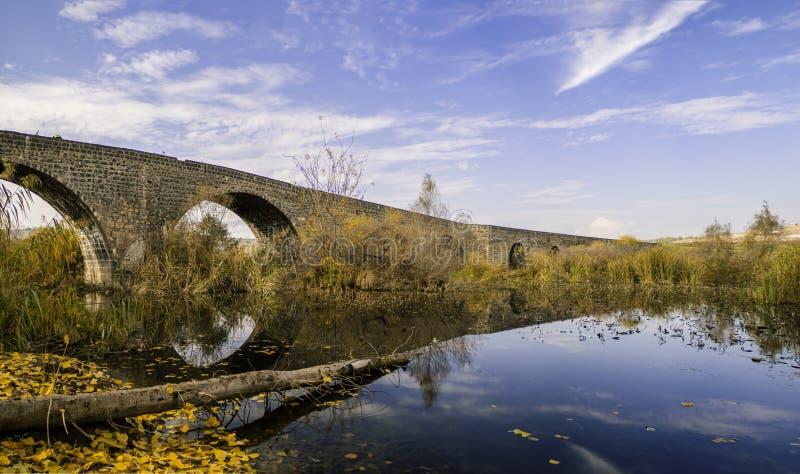 Diyarbakir-Herbstansichten vom Truthahn Ansicht der historischen 'Devegecidi-Brücke ' lizenzfreie stockbilder