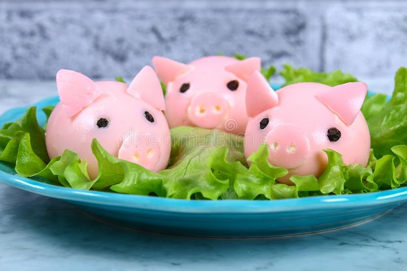 Diyvarken van eieren Workshop hoe te om een varken van een gekookt die ei te maken in bouillonbieten wordt geschilderd met het vu stock fotografie