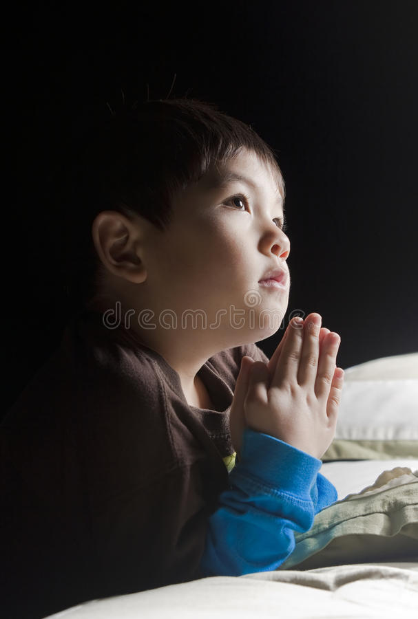 Dizendo suas orações antes da cama. imagem de stock royalty free