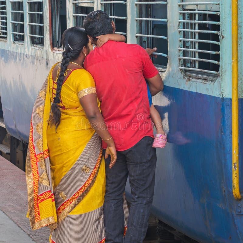 Dizer adeus em um estação de caminhos-de-ferro indiano fotos de stock royalty free